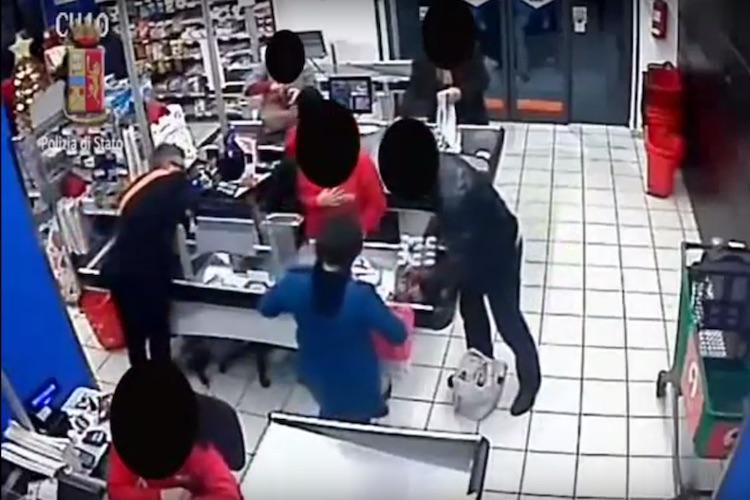 10 secondi per una rapina, nessuno si accorge di nulla -VIDEO-