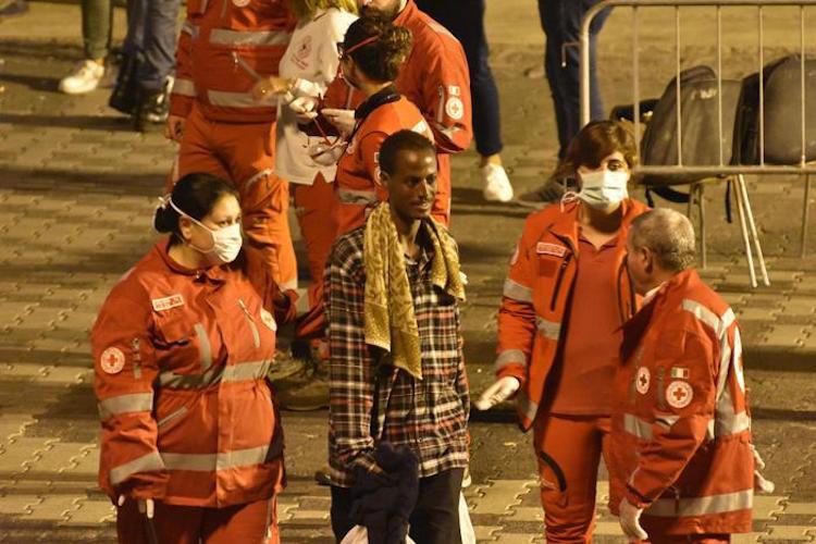 Prima notte nell'hot spot di Messina per i migranti sbarcati dalla nave Diciotti