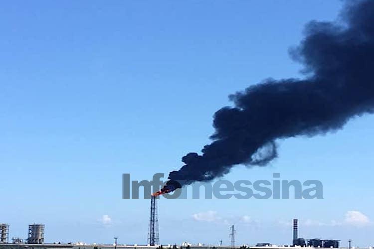 Enorme colonna di fumo nero dalla raffineria di Milazzo, paura tra i residenti