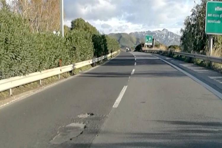 Autostrada A18 colabrodo e pericolosa, la Prefettura dispone la parziale chiusura