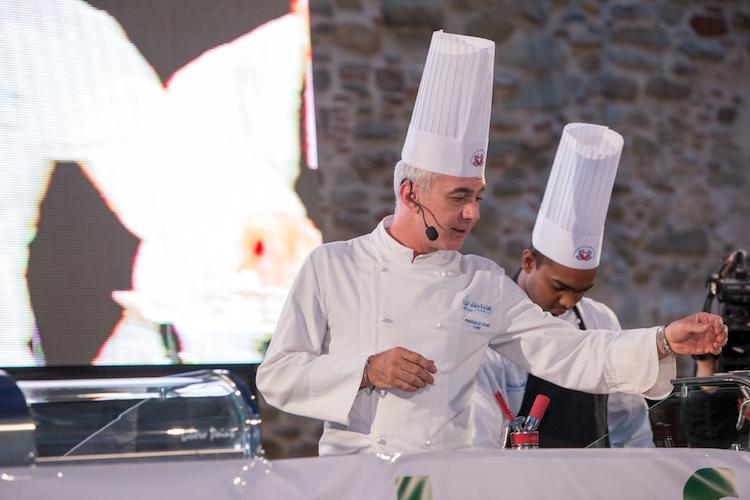 """""""Il Gambero rosso riposa nel rosso più rosso"""", gastronomia e arte nel cooking show di Caliri"""