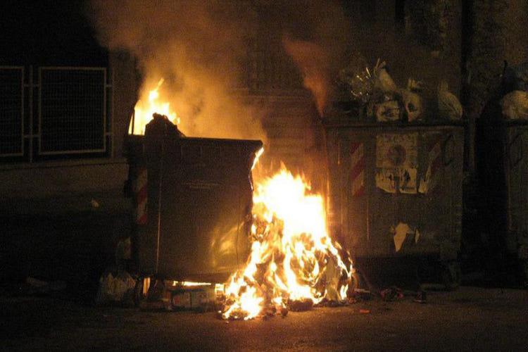 Lipari. Incendiano cassonetti dei rifiuti, denunciati tre minori