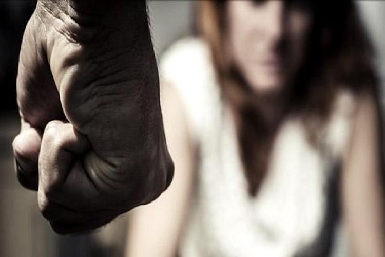 Gelosia per l'utilizzo di Facebook, picchia moglie e figlia con un bastone, arrestato 25enne