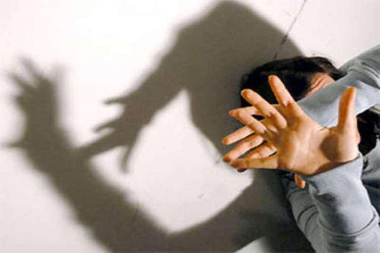 Maltrattamenti nei confronti della moglie e violenza sessuale, arrestato e condannato a 6 anni