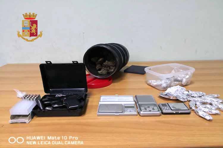 Pistola e droga sul comodino accanto il letto, arrestato un 18enne di Camaro