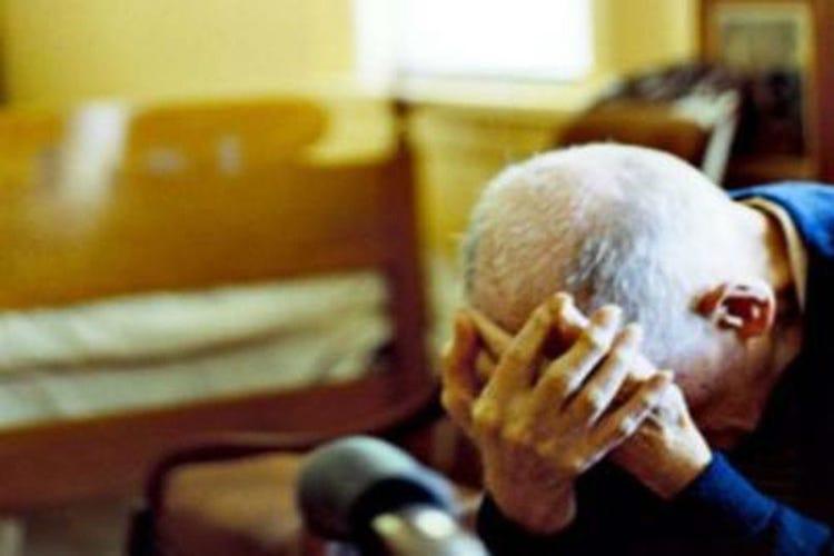 Picchia e minaccia gli anziani genitori, arrestato 35enne