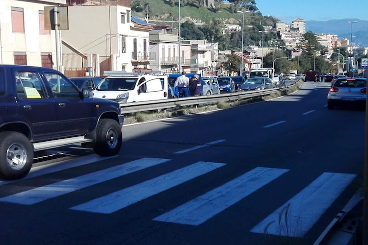Tamponamento a catena nei pressi della scuola Gentiluomo, lavori semaforo pedonale a ritmo di lumaca