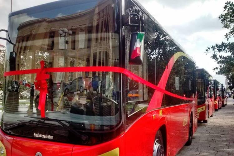 Picchia un uomo per gelosia e aggredisce l'ex compagna a bordo di un autobus