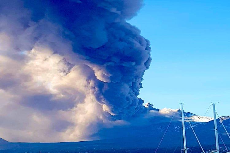 L'Etna anticipa i botti di Capodanno, aperta frattura eruttiva nel cratere sud est