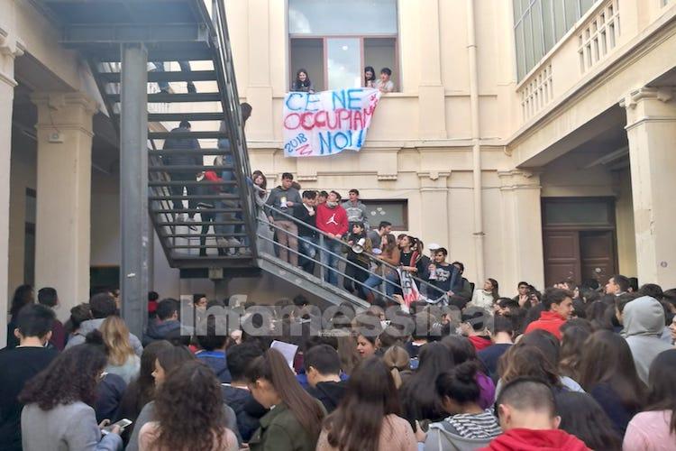 Le Istituzioni non rispondono, gli studenti del Maurolico occupano il Liceo