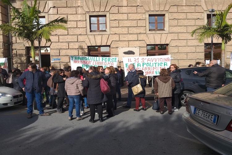 162 lavoratori a rischio, protestano davanti il Comune di Milazzo