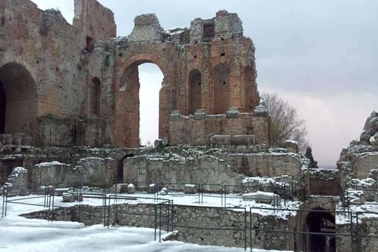 Neve anche a Taormina, Teatro Antico imbiancato