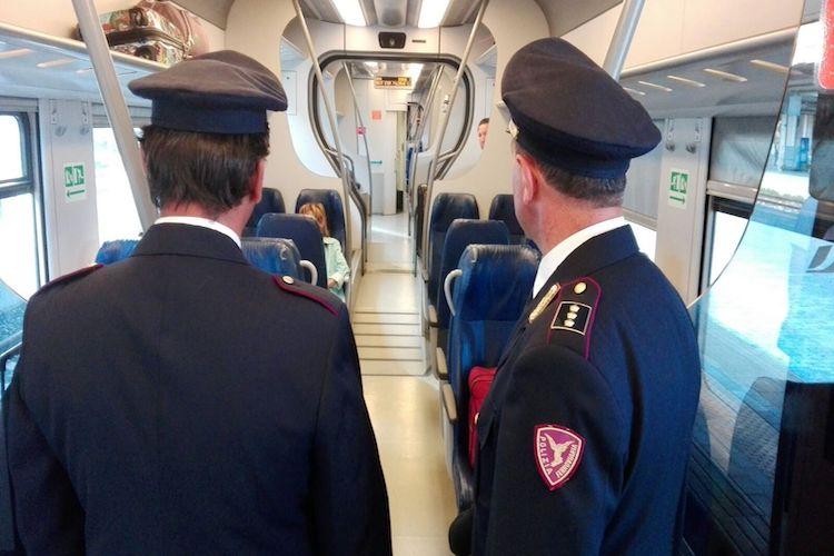 Calci pugni e colpi di bottiglia a bordo di un treno regionale, tre arrestati