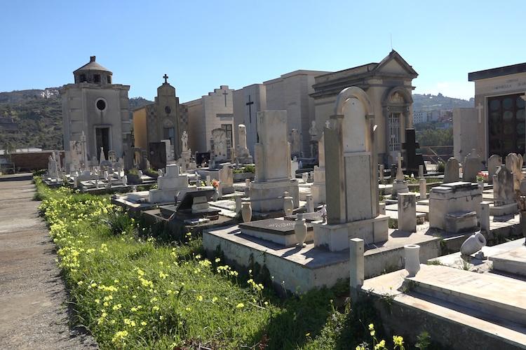 Degrado e pericolo al cimitero di Spadafora, lungomare lasciato in stato di abbandono