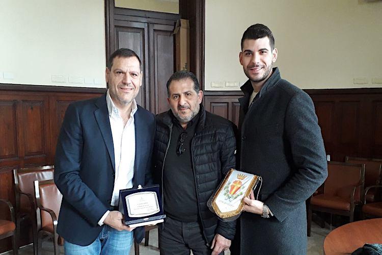 L'assessore Scattareggia consegna un riconoscimento al cantante messinese Natale Galletta