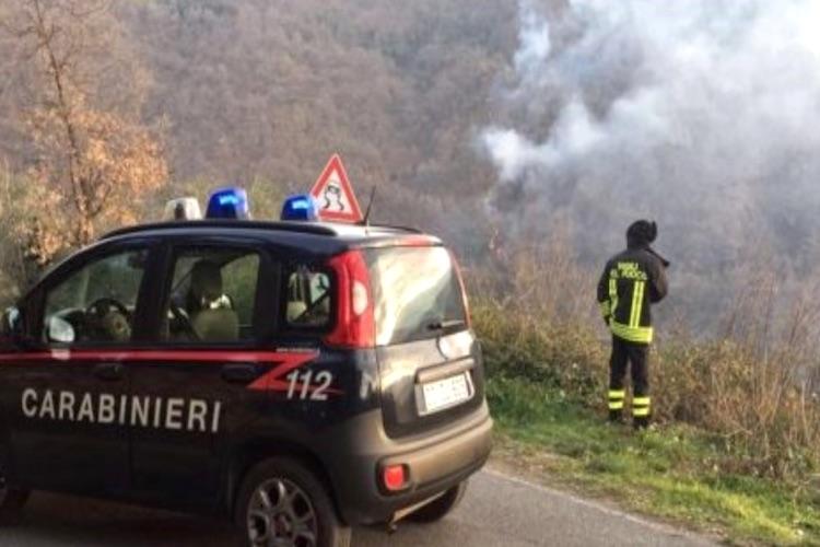 Bruciano sterpaglie che causano incendio in un bosco, denunciate tre persone