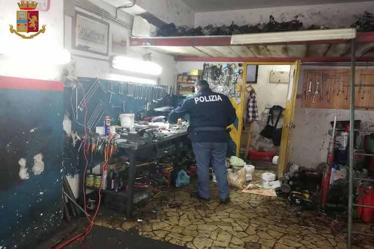 Scoperta officina abusiva a Giostra, all'interno auto con munizioni
