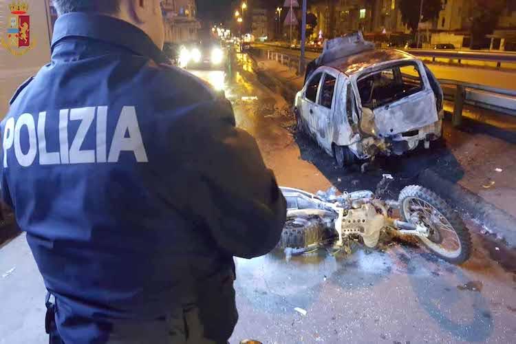 A bordo di una moto rubata urta auto in sosta, scoppia un incendio, lo salvano i poliziotti