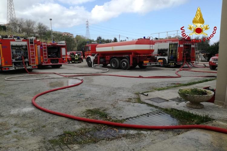 Cattafi, in fiamme un capannone adibito a centro carni-macelleria industriale