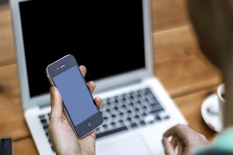 17enne minaccia una coetanea di diffondere foto intime sul web e le chiede prestazioni sessuali