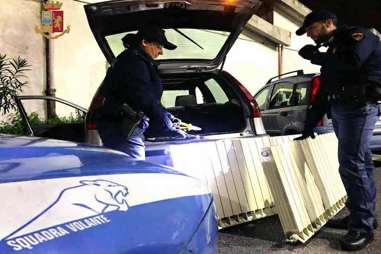 Asporta termosifoni da una scuola e li carica in auto, la Polizia gli rovina la festa