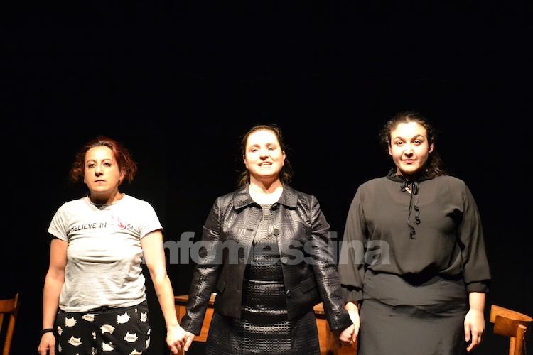 """""""Cresci bene, cresci forte"""", Il rapporto disfunzionale tra madri e figlie riproposto in teatro"""