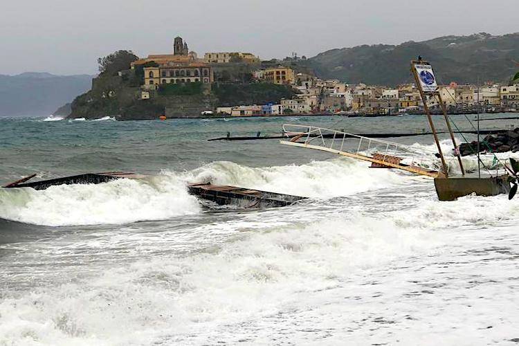 Maltempo: forti mareggiate e vento, Eolie isolate