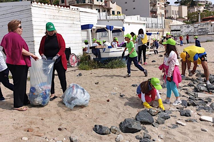 Duecento alunni dell'Istituto comprensivo Donato, puliscono la spiaggia di Paradiso
