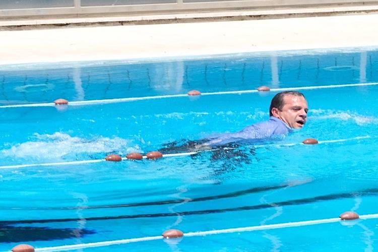 Inaugurata la piscina villa Dante con bagno fuori programma del sindaco