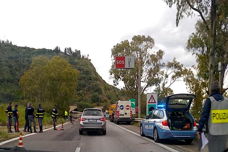 Auto vola giù dal viadotto Briga sulla A18, due giovani ricoverati in gravi condizioni