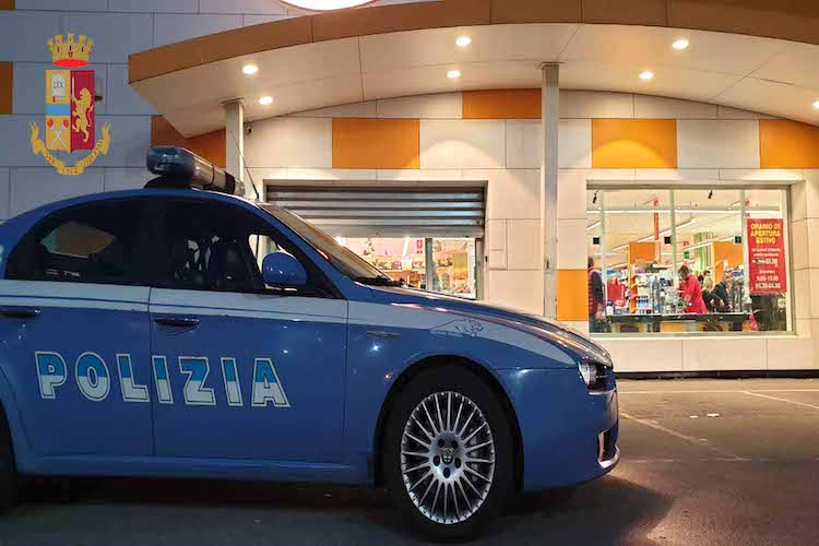 Ruba merce in diversi supermercati di Messina, arrestata 22enne romena