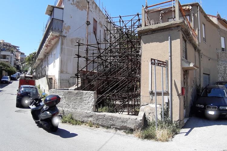 Scalinata di Montepiselli pericolosa e abbandonata al totale degrado