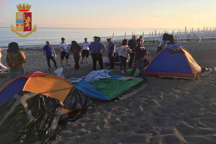 Sgombero accampamento nomadi in spiaggia, 6 fogli di via, espulso un extracomunitario