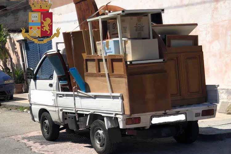 Occupano abusivamente un'abitazione e tentano di rubare tutti i mobili